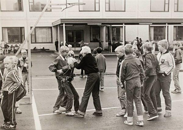 Koululaisia välitunnilla Forssassa. Sanaa koulukiusaaminen alettiin Suomessa käyttää 1970-luvulla.