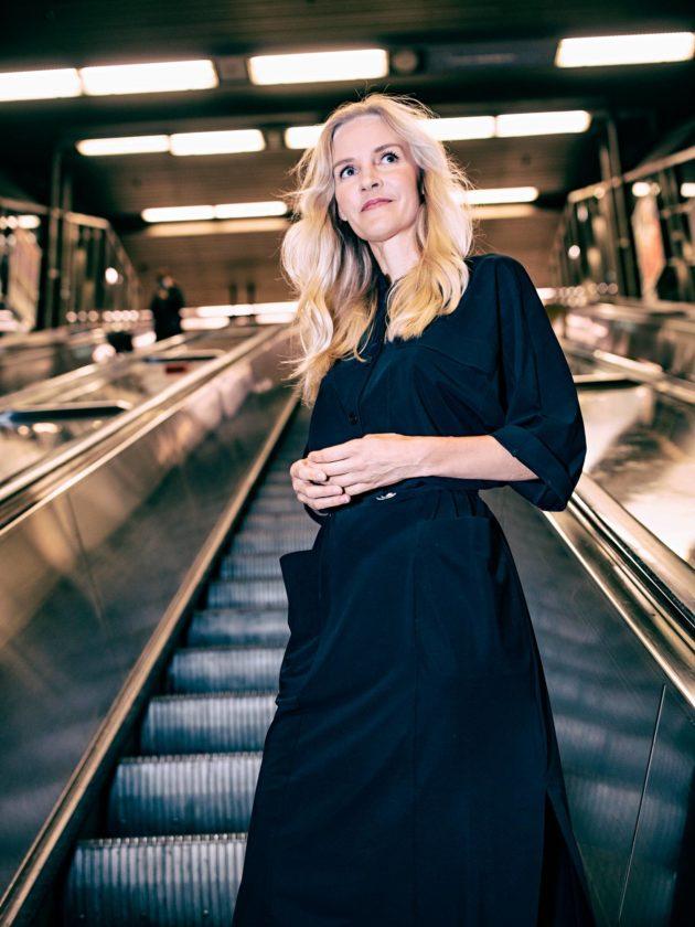Aura Salla Suomen-kotinsa kulmilla Sörnäisten metroasemalla Helsingissä.