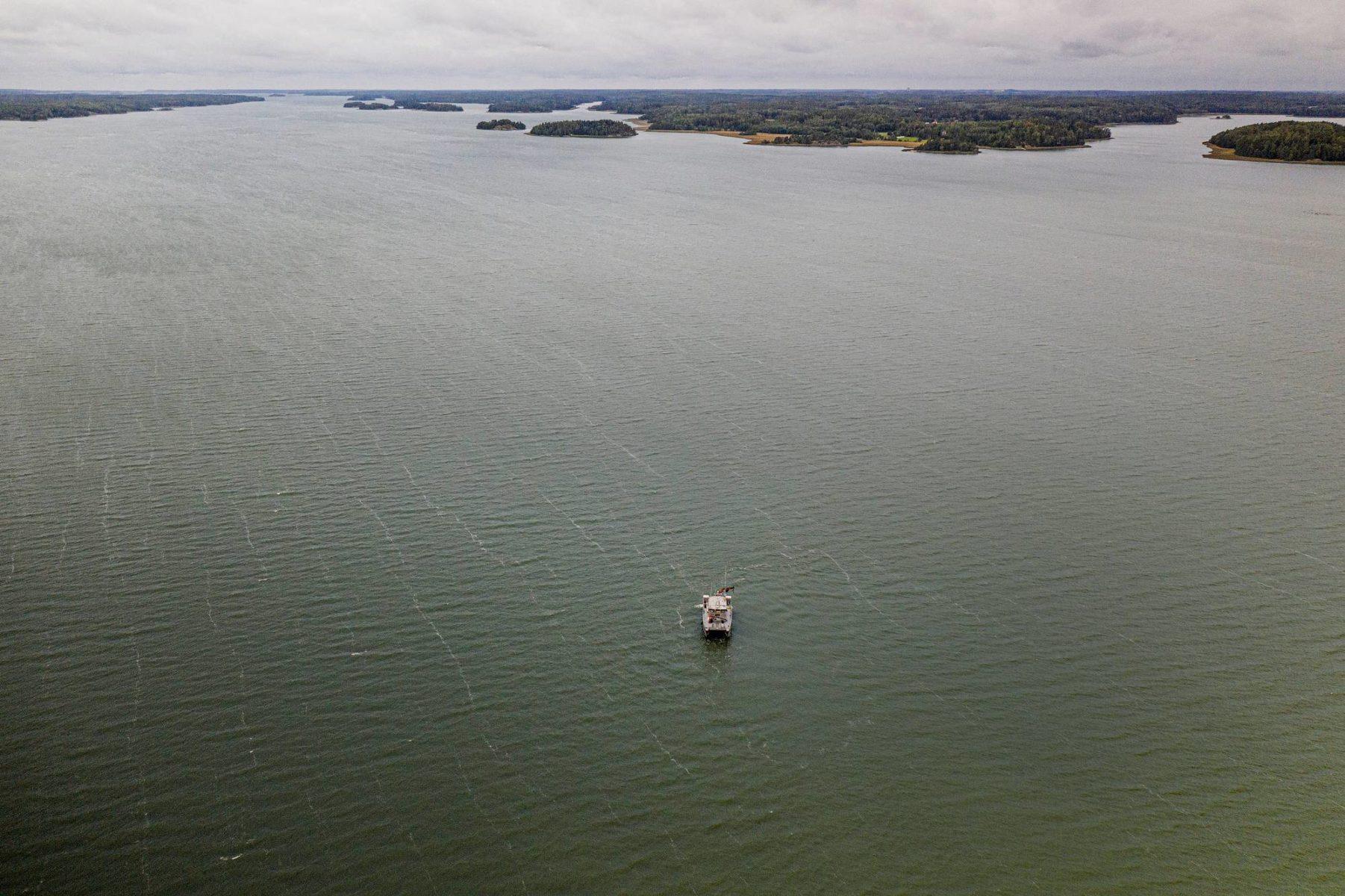 Augusta kuljettaa tutkijat Saaristomeren matalille lahdille.