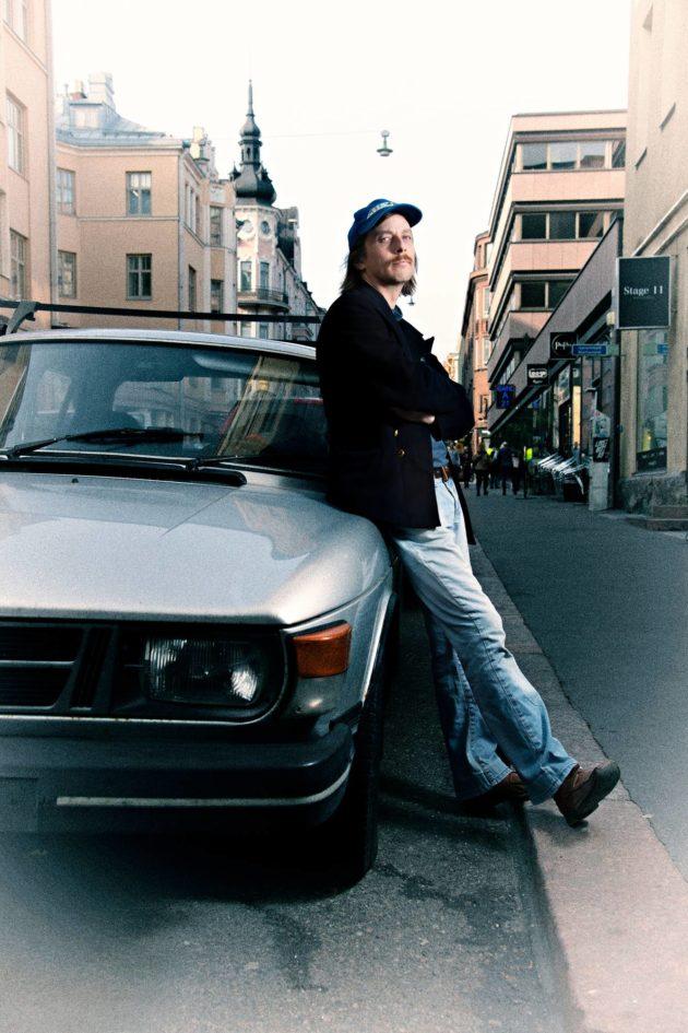 """Aiemmin Kalevi Suopursu kulki hippivolkkarilla, nyt Kalevi-nimisellä Saabilla. """"Ihmisten identiteetit vaihtelevat"""", hän toteaa."""