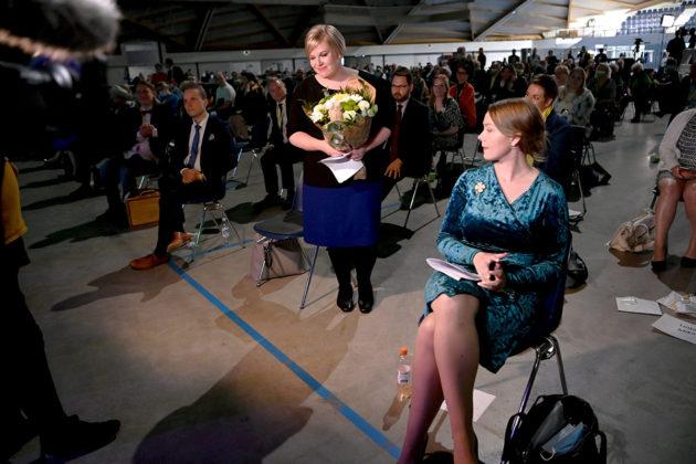 Keskustan puheenjohtajaksi valittu Annika Saarikko (vas.) ja Katri Kulmuni keskustan puoluekokouksessa Oulussa 5. syyskuuta 2020.