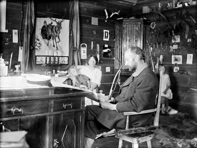 Ilmari Kianto sai avustusta jo vuonna 1918. Kahden vaimon loukossa eläneellä kirjailijalla oli rahahuolia. Lapsiakin oli seitsemän.