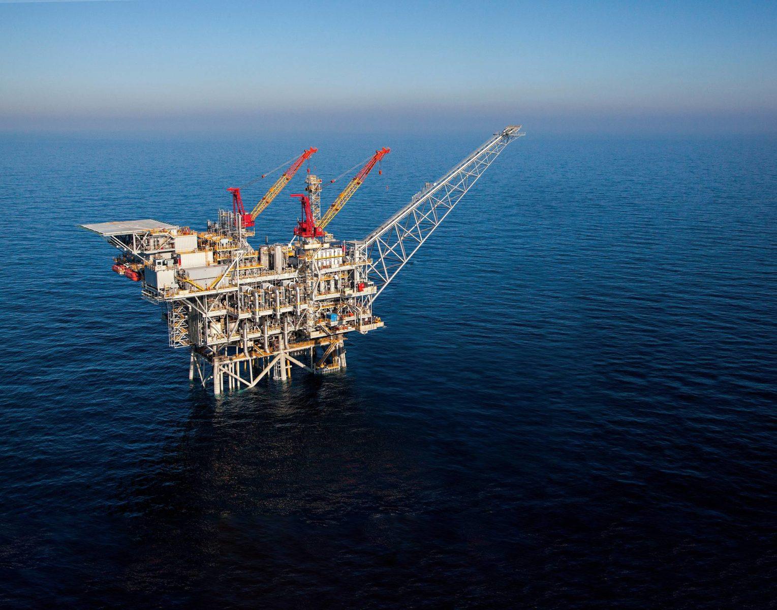 Kaasun löytäminen merenpohjasta on kärjistänyt vanhoja saarikiistoja Välimerellä. Porauslautta kaasukentällä Israelin rannikolla.