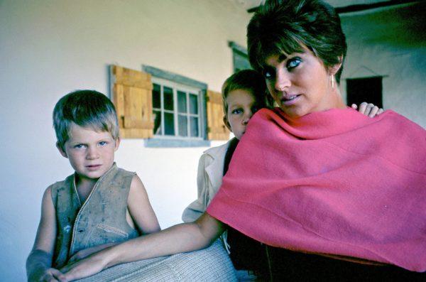 Lucia Berlin poikiensa Jeffin (vas.) ja Markin kanssa 1962.