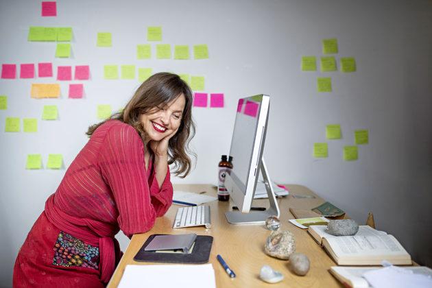 Kirjailija Maria Peura työhuoneellaan Porvoon Taidetehtaalla.