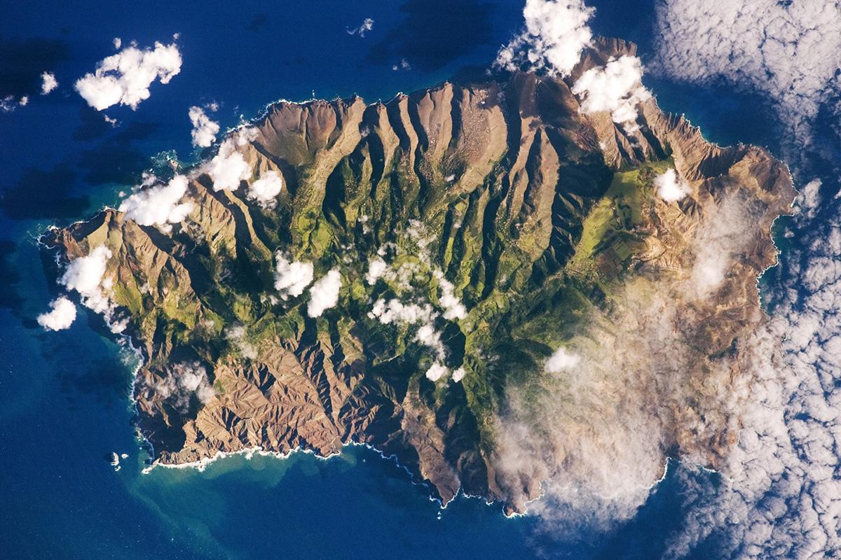 Satelliittikuvassa näkyvä St. Helenan saari on yksi turvapaikanhakijoiden suunnitelluista sijoituspaikoista.