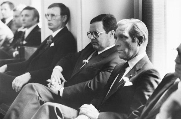 Ilkka Suominen (toinen oik.) ja Harri Holkeri (oik.) vuonna 1982.
