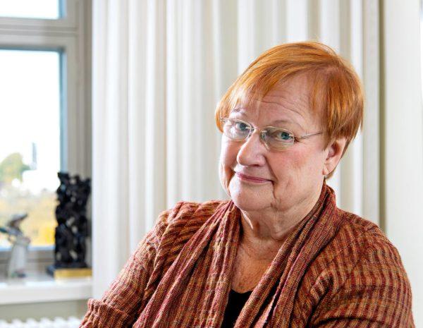 Presidentti Tarja Halosen mielestä elinkeinoelämää pitää vahtia demokratian vuoksi.