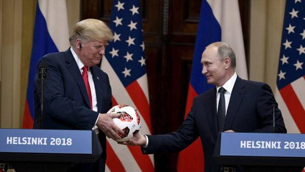 Venäjän presidentti Vladimir Putin (oik.) lahjoitti jalkapallon Yhdysvaltain presidentille Donald Trumpille Helsingin huipputapaamisessa heinäkuussa 2018.