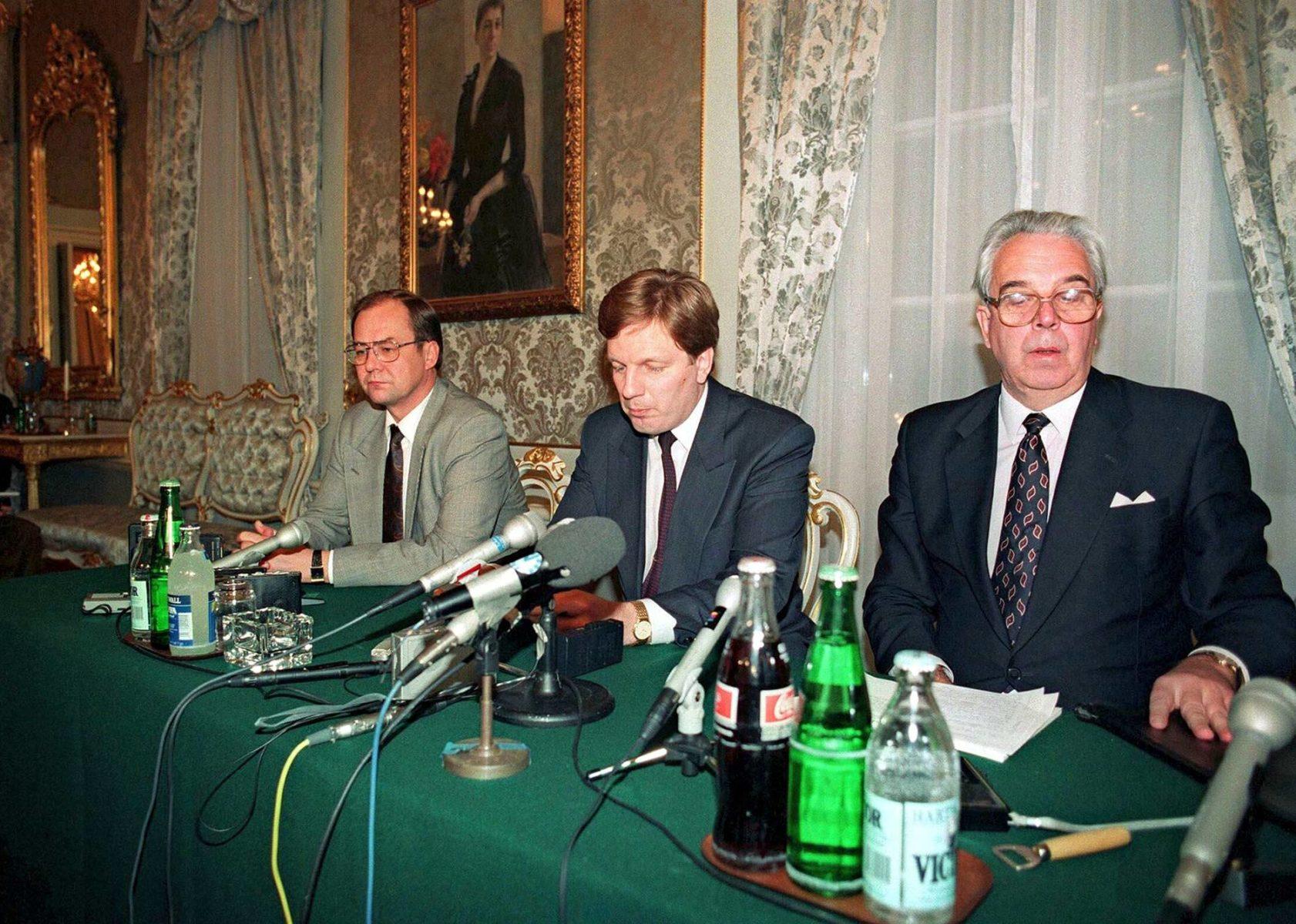 Valtiovarainministeri Iiro Viinanen (vas.), pääministeri Esko Aho ja Suomen Pankin pääjohtaja Rolf Kullberg kertoivat devalvaatiosta 14. marraskuuta 1991.