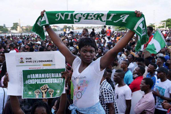 Poliisiväkivaltaa vastustavat mielenosoittajat kokoontuivat Nigerian suurimmassa kaupungissa Lagosissa 15. lokakuuta.