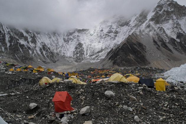 Mount Everestin kiipeilijät tuovat vuorelle muovia osana telttojaan ja muita varusteitaan.