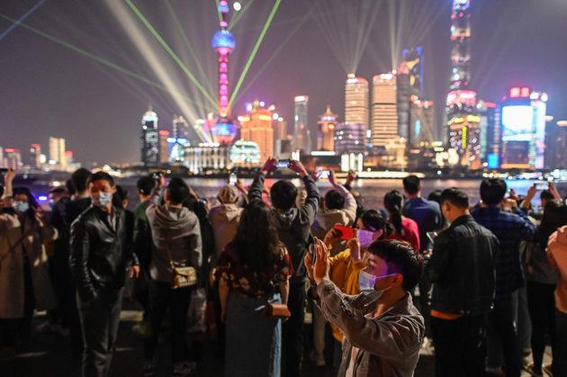 Elämä Kiinassa on pitkälti palautunut normaaliksi. Kasvomaskeja käytetään silti yhä julkisilla paikoilla. Kuva Shanghaista 2. marraskuuta.