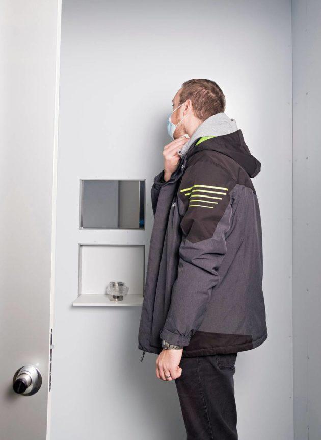 Testattava henkilö antaa pyyhkäisynäytteen kopin asiakaspuolella.