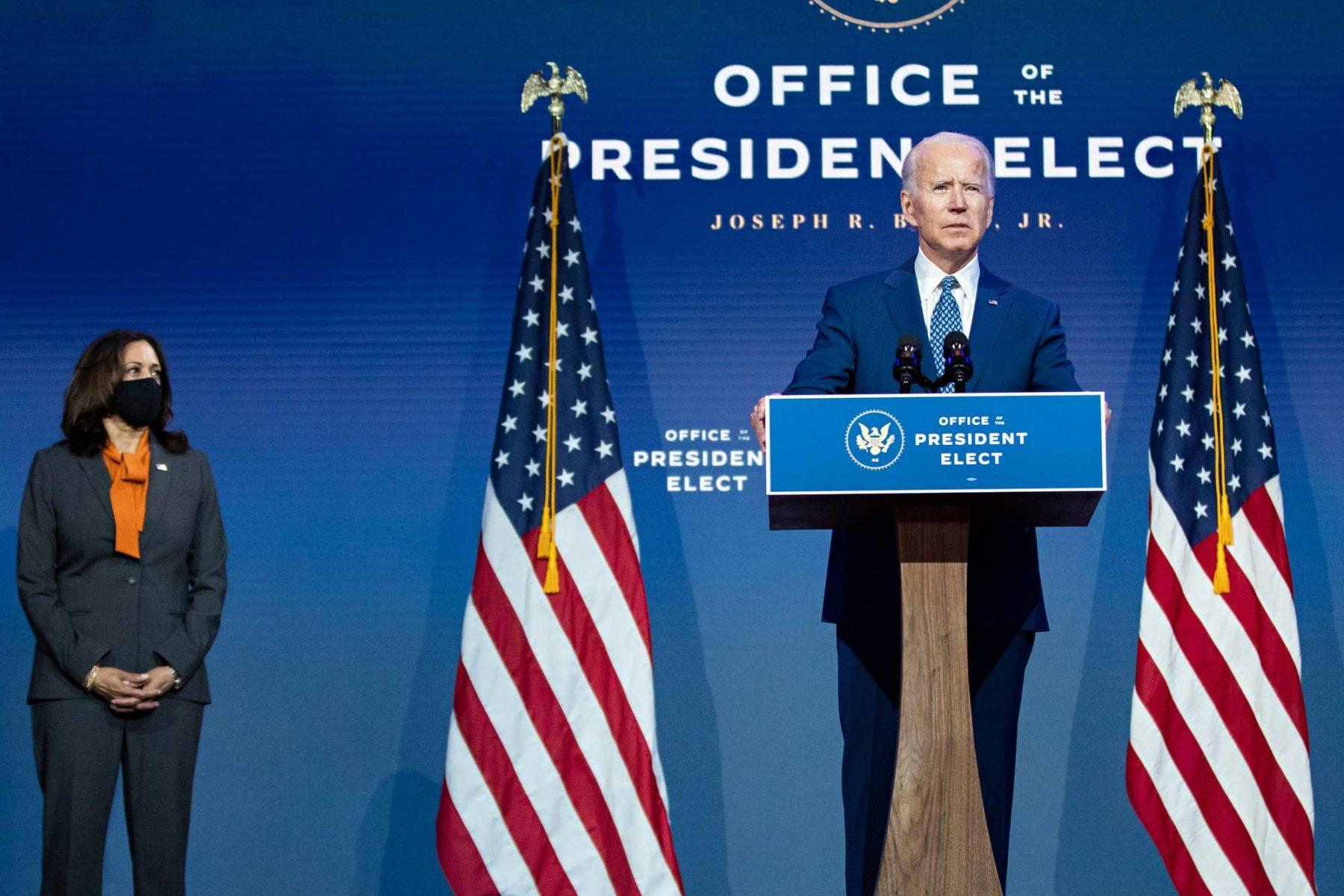 Yhdysvaltain tuleva presidentti Joe Biden esitteli näkemyksiään koronapandemian torjumiseksi Wilmingtonissa 9. marraskuuta. Tuleva varapresidentti Kamala Harris seurasi vierestä.