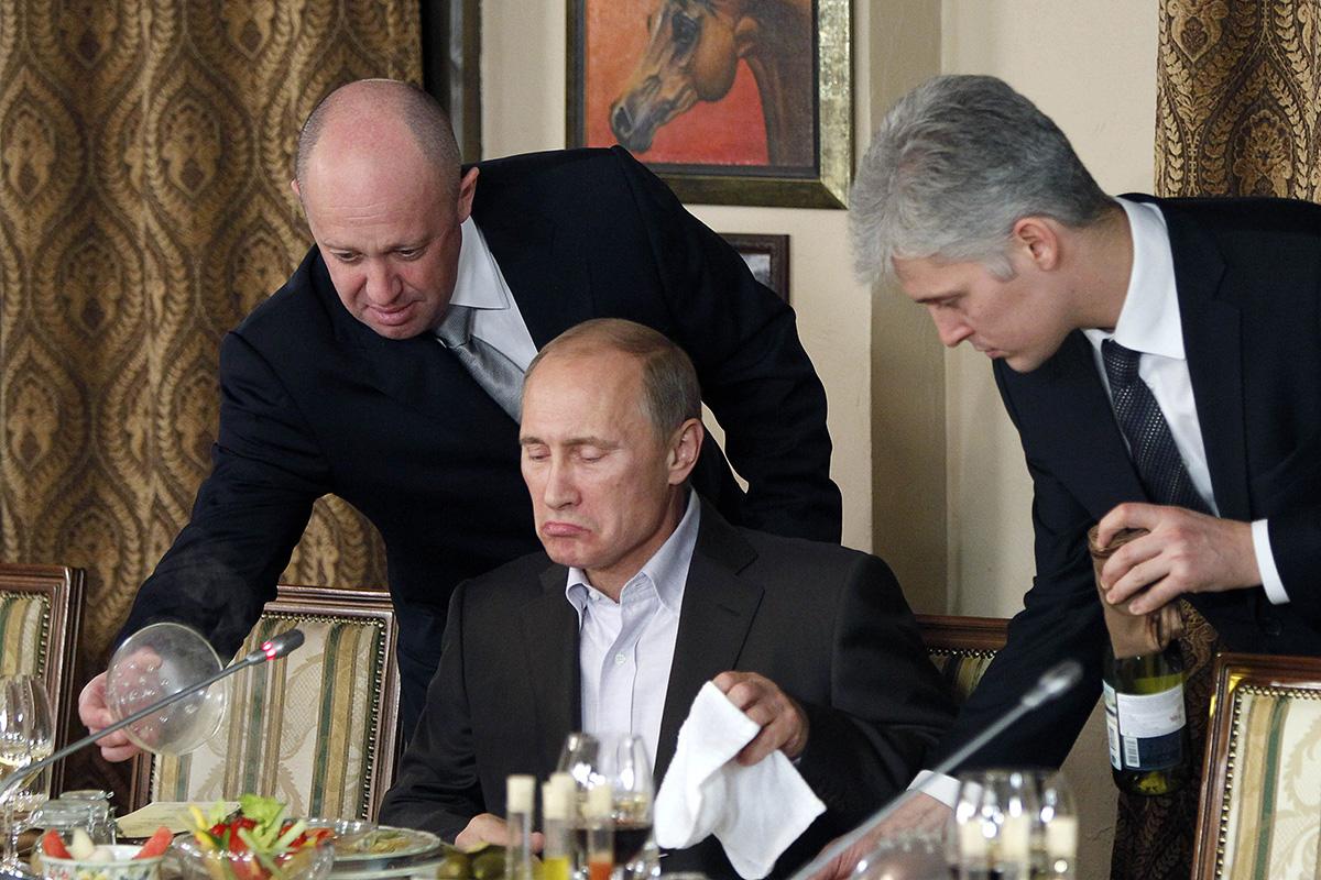 Jevgeni Prigožin (vas.) tarjoili ruokaa Venäjän presidentti Vladimir Putinille lokakuussa 2011.