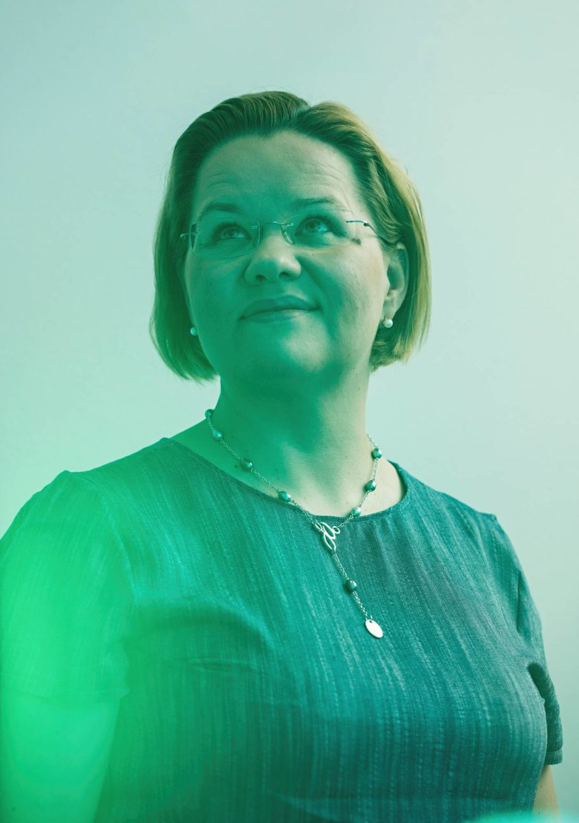 Minna Palmroth on kestävän avaruustieteen ja -tekniikan huippuyksikön johtaja. Seuraavaksi hän tutkii, voiko revontulihiukkasten vaikutus näkyä jopa lämpötilavaihteluina napa-alueilla.