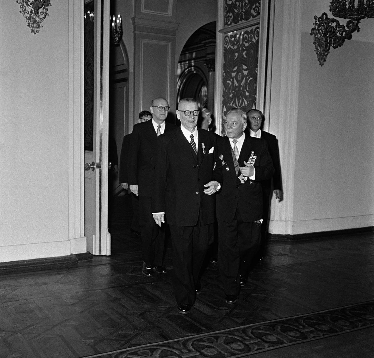 Presidentti Paasikivi vuonna 1955 Moskovassa Porkkalan luovutussopimuksen allekirjoitustilaisuudessa.