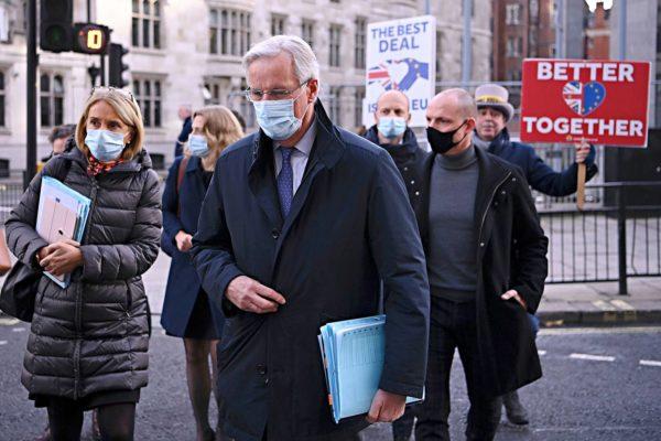 Brexitiä vastustavat mielenosoittajat ympäröivät EU:n pääneuvottelija Michel Barnieria Lontoossa 13. marraskuuta.