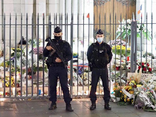 Poliisi vartioi iskun kohteeksi joutunutta Notre Dame -kirkkoa Nizzassa 1. marraskuuta 2020.