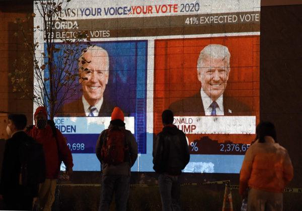 Ihmiset seurasivat vaalilähetystä Yhdysvaltain pääkaupungissa Washingtonissa 3. marraskuuta.