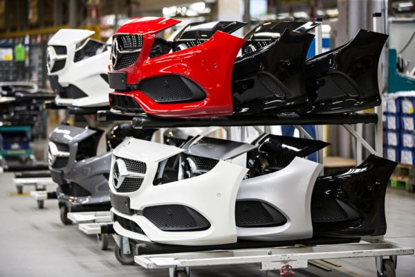 Valmet Automotive palkkaa uusia työntekijöitä nopeasti lisääntyneen kysynnän takia. Kuva tehtaan linjalta vuodelta 2016.