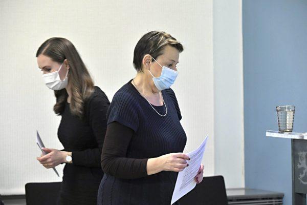 Pääministeri Sanna Marin ja sosiaali- ja terveysministeriön kansliapäällikkö Kirsi Varhila (oik.) koronatilannekatsauksessa Helsingissä 26. marraskuuta 2020.