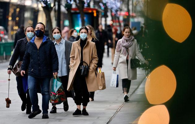 Jalankulkijoita Lontoossa 22. joulukuuta. Kuvituskuva.