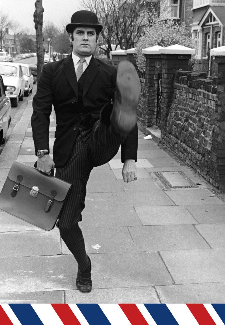 """John Cleese työskentelee """"hassujen kävelyjen ministeriössä"""" tv-sarjassa Monty Pythonin lentävä sirkus."""