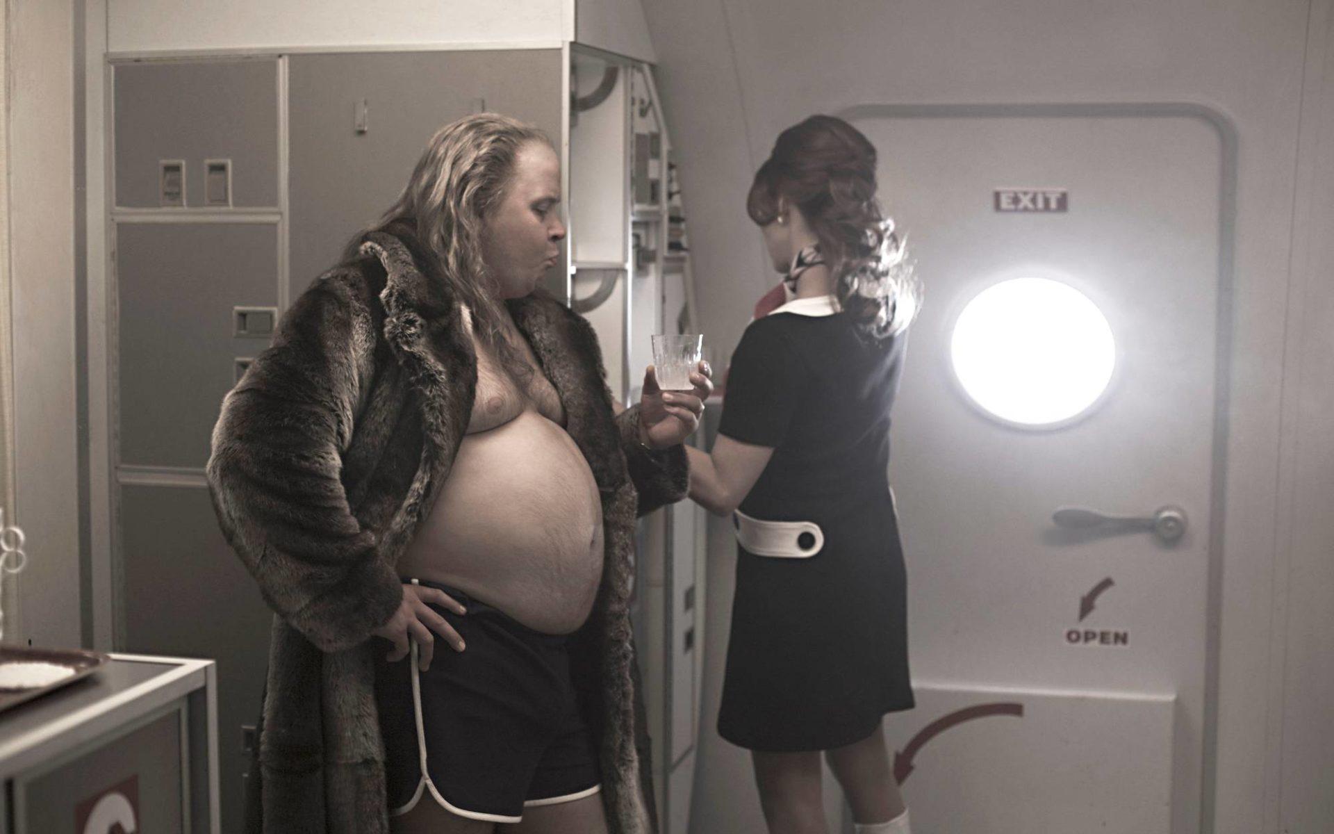 Janne Kataja esittää sarjassa Kalevi Keihästä. Jenni Banerjee näyttelee lentoemäntä Armin roolin.