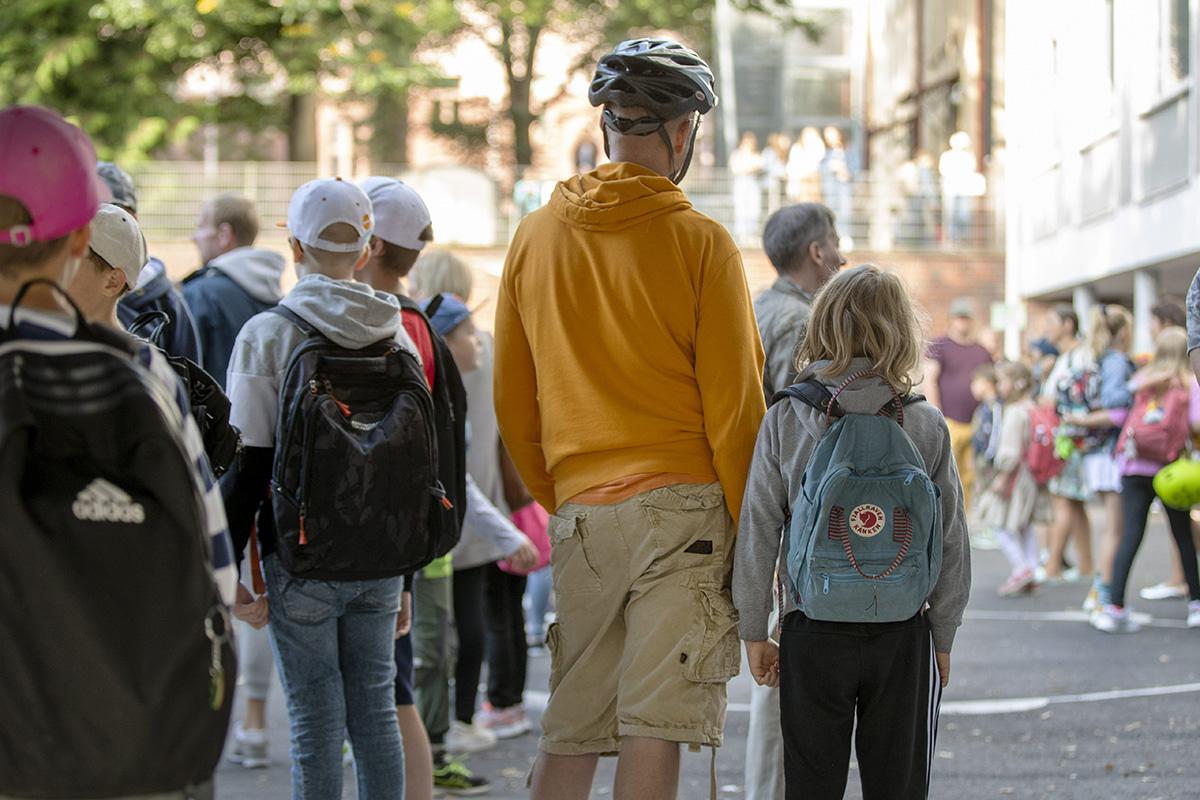 Koululaiset saapuivat Puolalan koulun alakouluun kouluvuoden alkaessa Turussa 12. elokuuta 2020. Kuvituskuva.