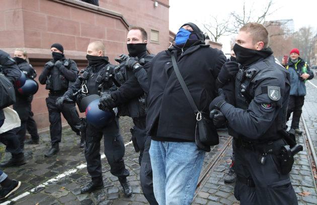 Poliisi joutui käyttämään voimaa erottaakseen Querdenken-mielenosoittajia ja vastamielenosoittajia toisistaan Frankfurtissa 12. joulukuuta.