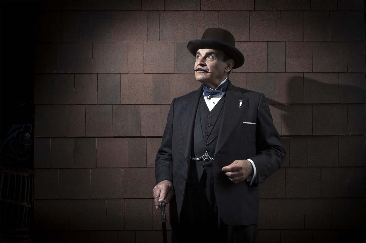 Hercule Poirot (tässä näyttelijä David Suchet) puhuu suomennoksessakin ranskaa.