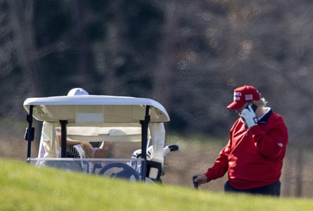 Yhdysvaltain väistyvä presidentti Donald Trump puhui puhelimessa virginialaisella golfkentällä 26. marraskuuta.