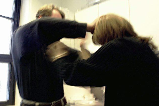Naisiin kohdistuva väkivalta on Suomessa vakava ongelma. Kuvituskuva.