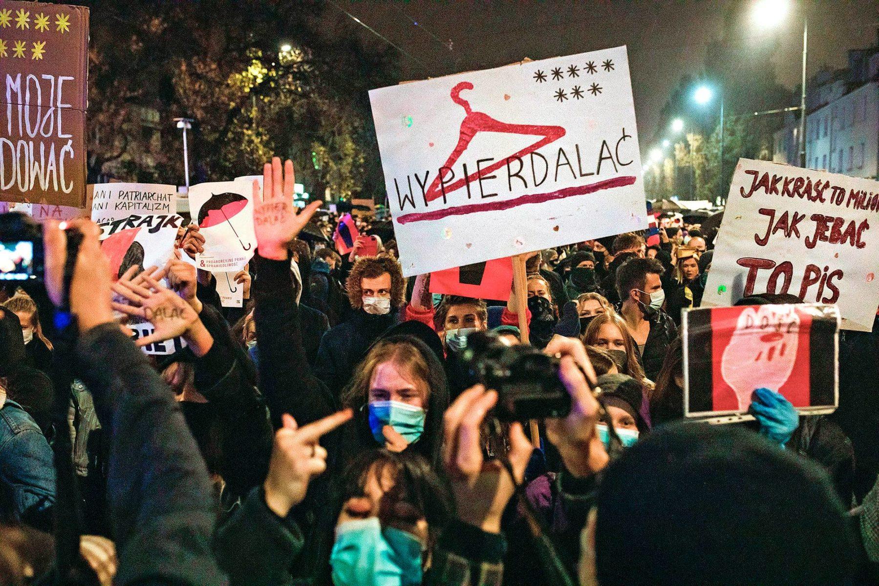 Mielenosoittajat vastustivat aborttilain kiristämistä Varsovassa 23. lokakuuta.