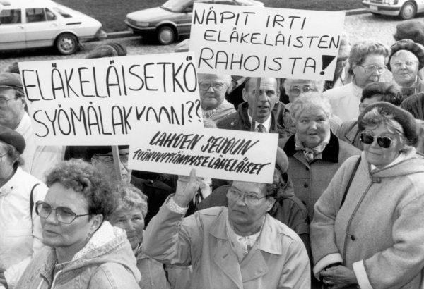 Budjettineuvotteluiden aikaan syksyllä 1991 osoitettiin mieltä eläkeleikkauksia vastaan.
