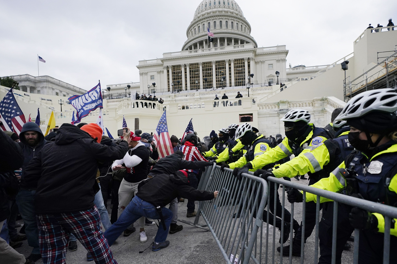 Iltapäivällä Trumpin kannattajat alkoivat tungeksia puistosta kongressitalon alueelle, minne yleisöllä ei ole vapaata pääsyä. Poliiseja ei ollut riittävästi, ja väkijoukko pääsi Capitoliksi kutsutun rakennuksen alueelle.