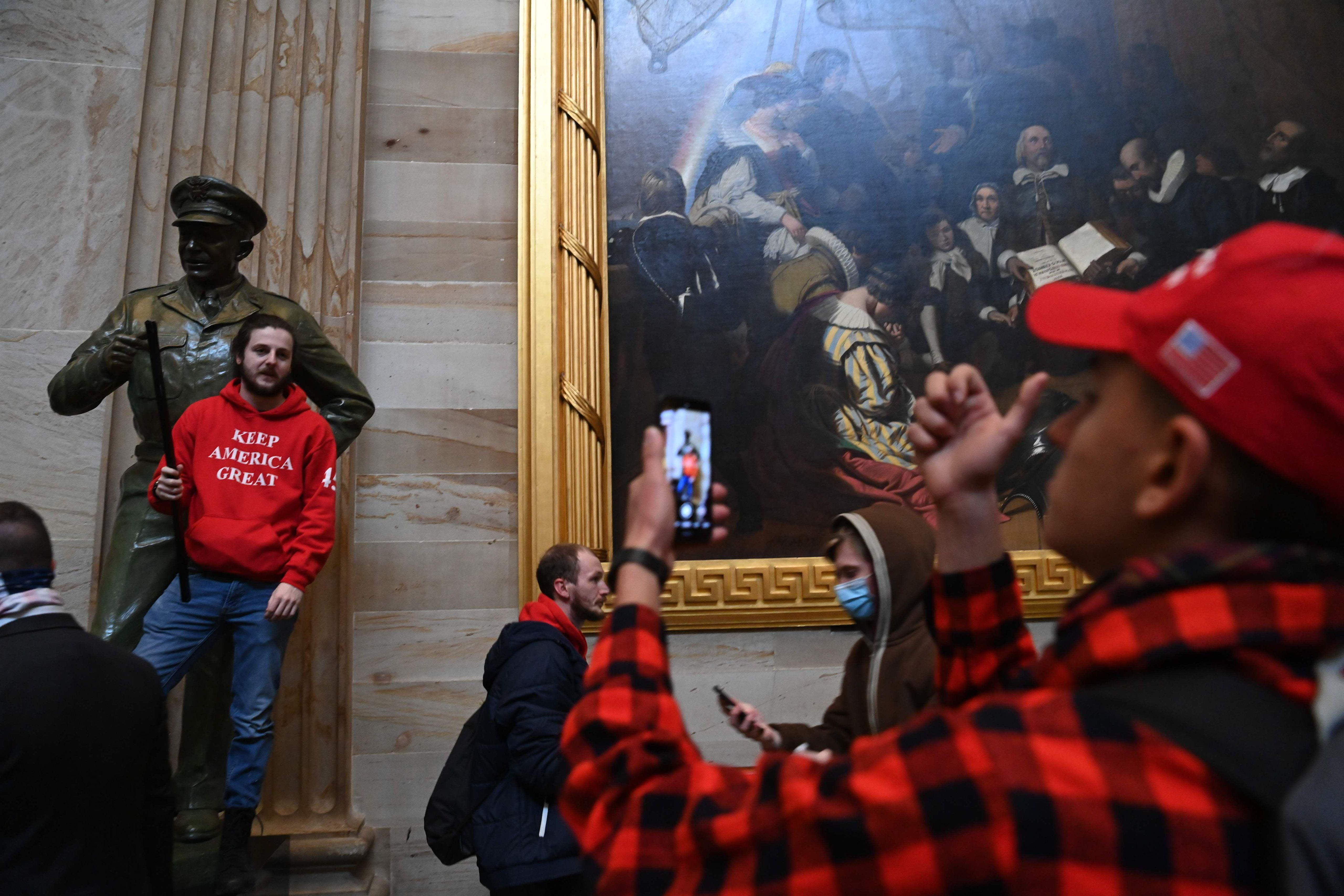 Tunkeutujat poseerasivat kongressitalon rotundassa eli kupolisalissa.