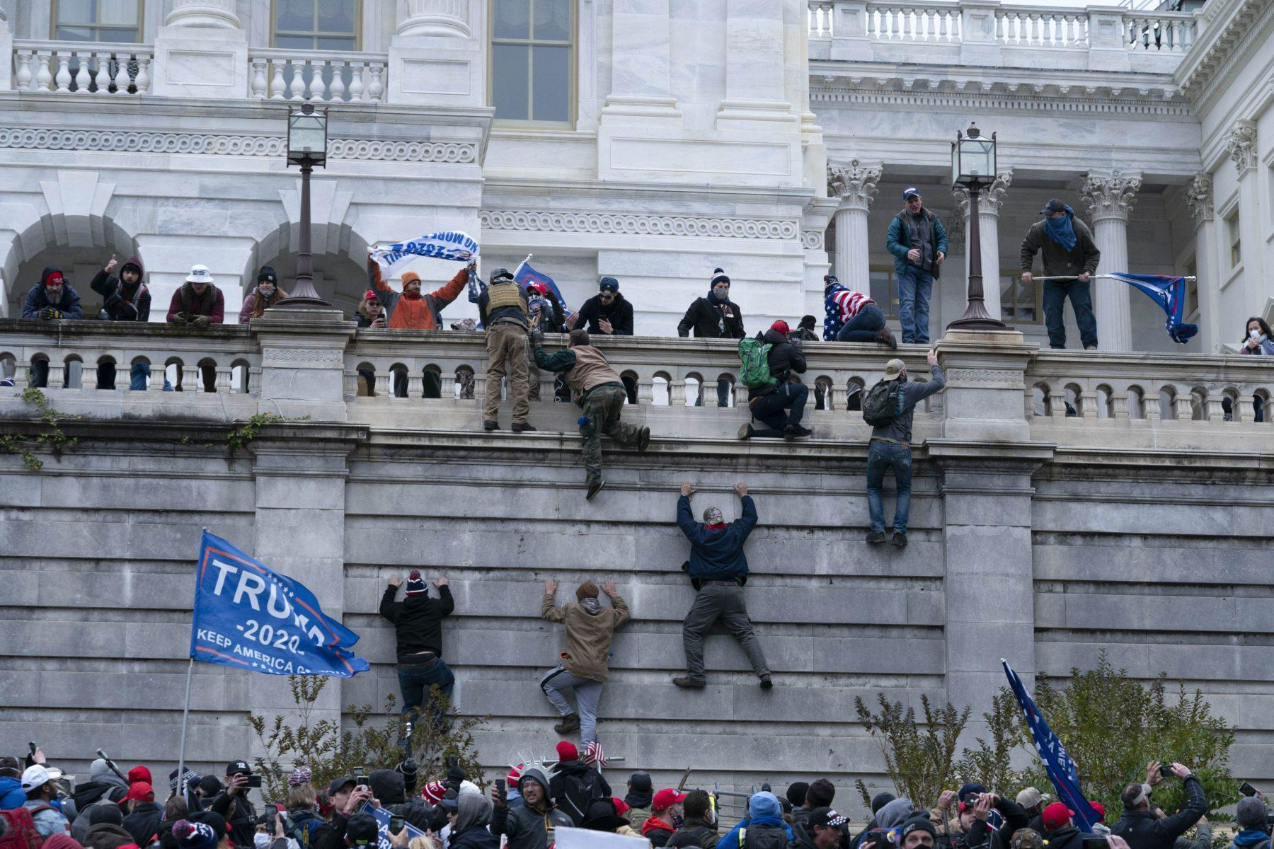 Tunkeutujat kiipesivät muun muassa kongressitalon läntisen muurin yli päästäkseen sisäänkäyntien luo.
