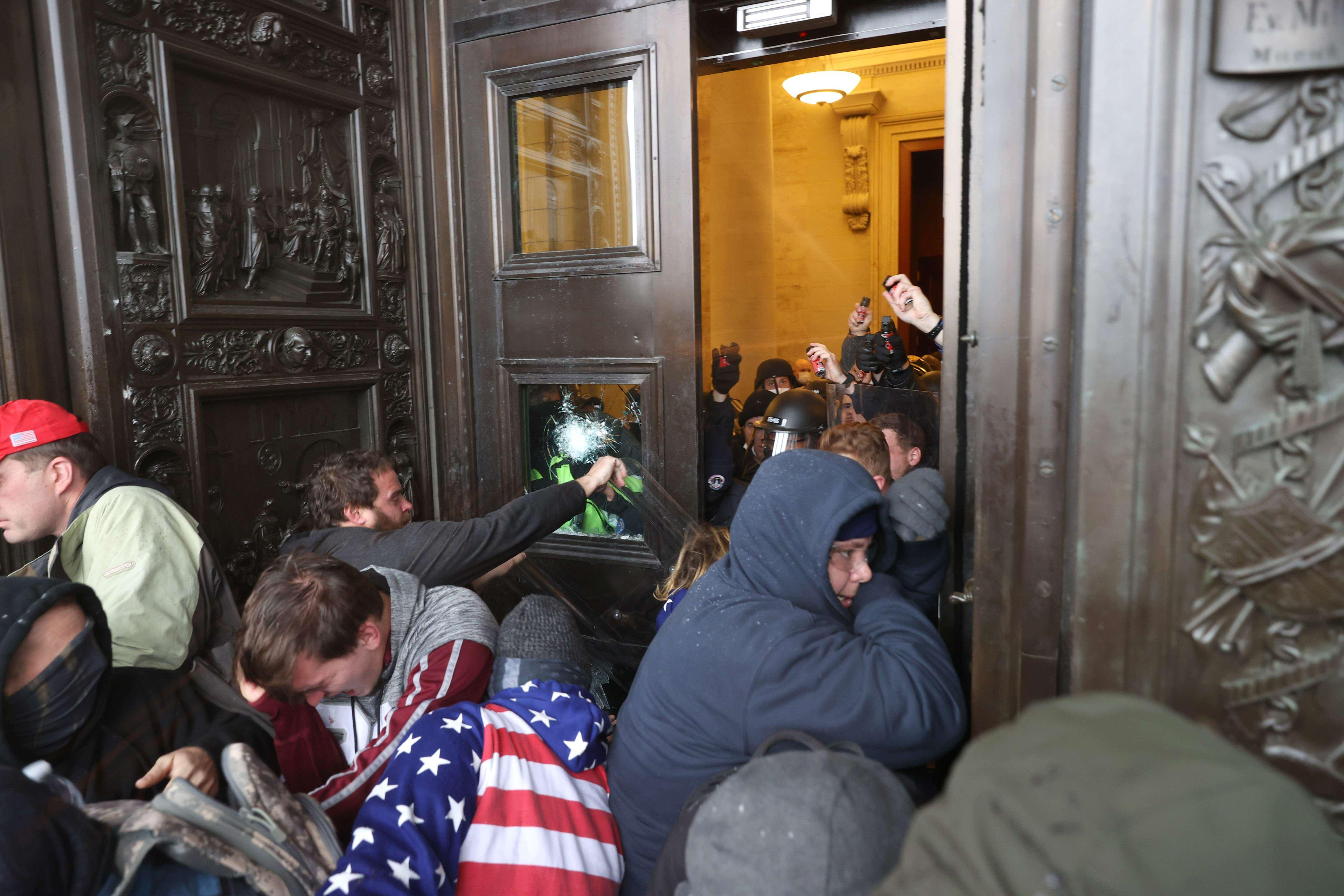 Väkijoukko tunkeutui kongressitaloon rikotuista ikkunoista ja väkisin auki työnnetyistä ovista.