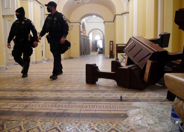 Donald Trumpin tukijat rikkoivat ikkunoita ja kalusteita kongressitalossa ja varastivat tavaroita työpöydiltä. Seinissä oli ilmeisesti myös luodinreikiä.