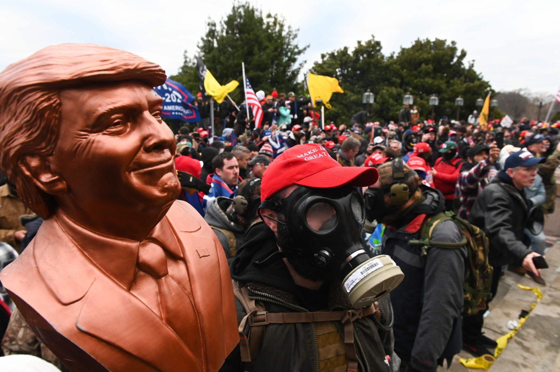 """Presidentti Donald Trumpin kannattajat kokoontuivat National Mall -puistossa Washingonissa 6. tammikuuta, jolloin Yhdysvaltain kongressin oli tarkoitus vahvistaa Joe Bidenin valinta persidentiksi. Mielenilmaukset taustalla olivat presidentti Trumpin esittämät väitteet vaalien valheellisuudesta. Hän oli kehottanut kannattajiaan saapumaan Washingtoniin, taistelemaan ja olemaan """"villejä""""."""