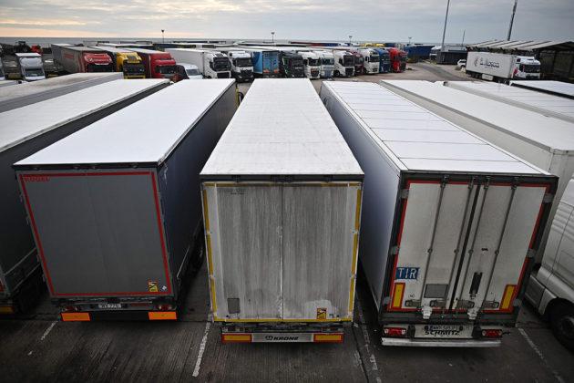 Pysäköityjä rekkoja Doverin satamassa Britanniassa 15. tammikuuta.