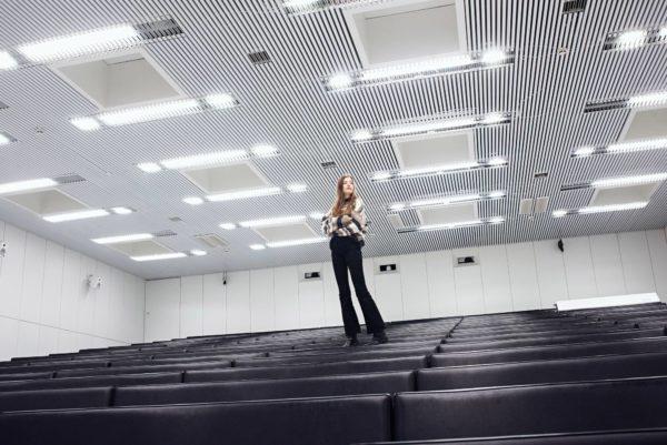 Senni Mäki vieraili Tampereen yliopiston tyhjässä luentosalissa.