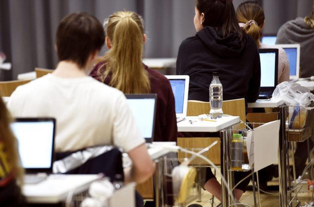 Ylioppilaskirjoitukset Ressun lukiossa Helsingissä maaliskuussa 2020.