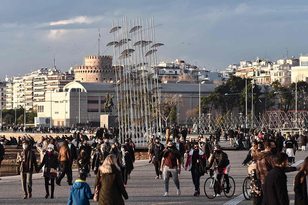 Jalkankulkijoita Thessalonikin rantakadulla Kreikassa 2. tammikuuta 2021.