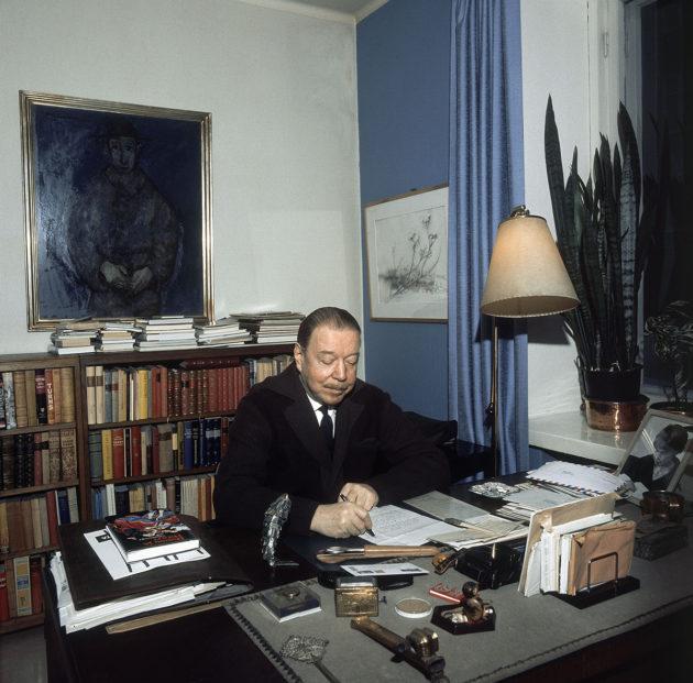 Mika Waltari työpöytänsä ääressä Tunturikadun kodissaan marraskuussa 1971.