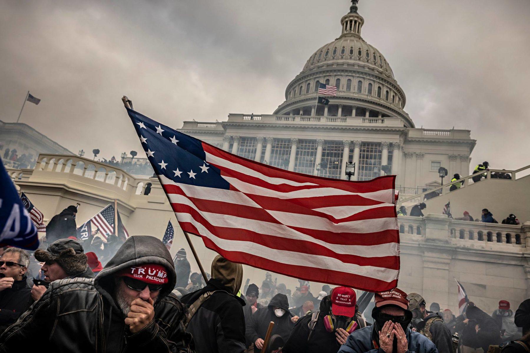 Presidentti Donald Trumpin tukijat mellakoivat kongressitalolla Washingtonissa 6. tammikuuta 2021.
