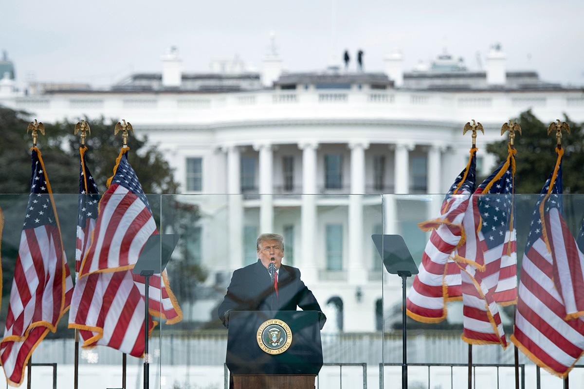 Valkoinen talo näkyi taustalla, kun presidentti Donald Trump puhui kannattajilleen Washington D.C.ssä 6. tammikuuta.